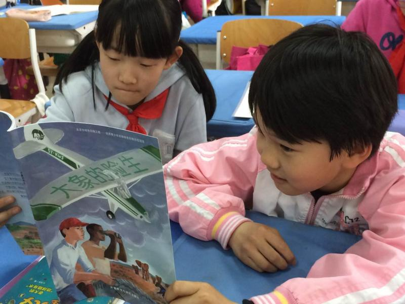 Two school children in Beijing read A Dangerous Life, recently translated in Chinese.